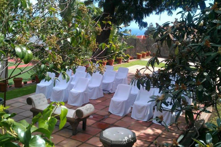 Ceremonia rodeado de plantas