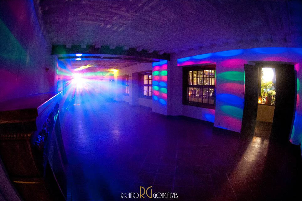 Sala de baile iluminada